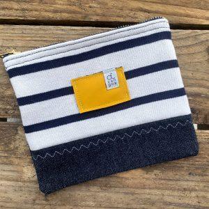 La Pochette Maïka d'Otxangoa est réalisée à partir de Jeans, de marinières et de cirés en fin de vie. Éco-conçue et Made in France !