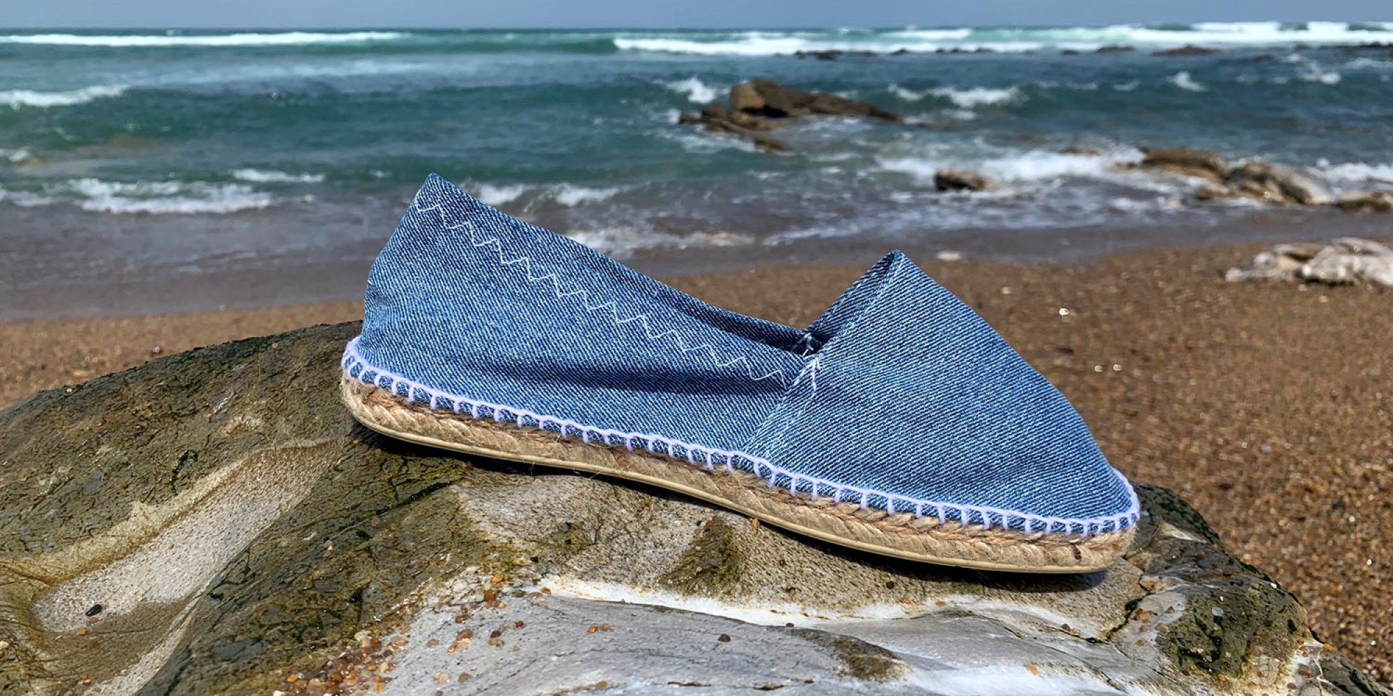 Nos espadrilles Otxangoa éco-conçues et Made in France. Ici, en teinte Jean clair.