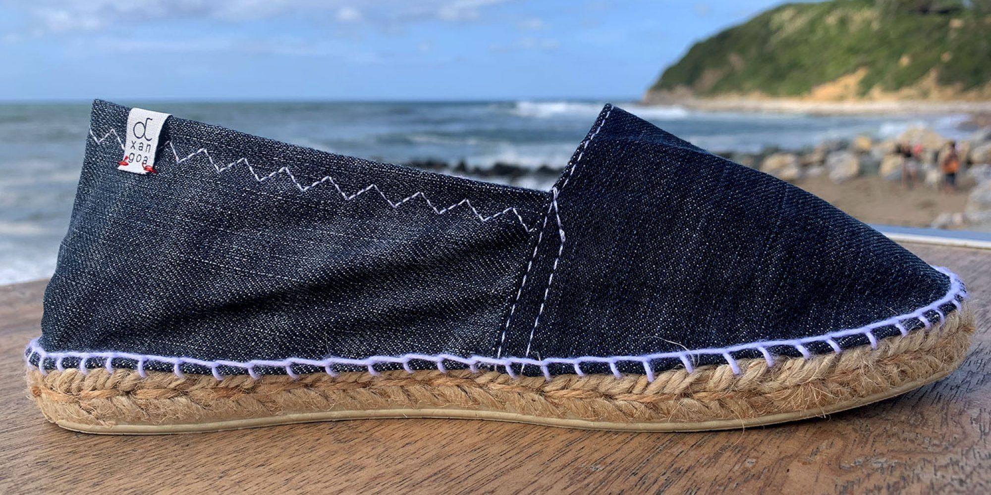 Nos espadrilles Otxangoa éco-conçues et Made in France. Ici, en teinte Jean foncé.