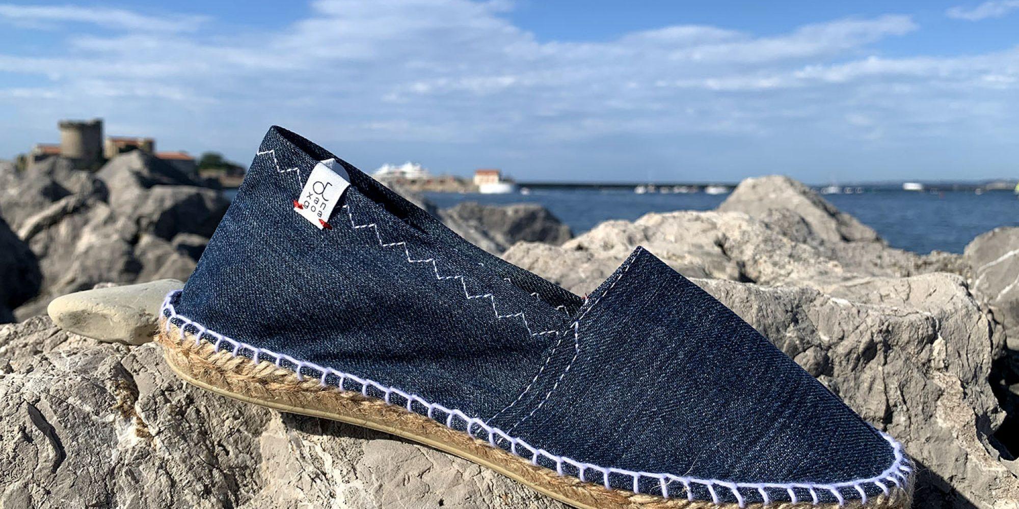 Nos espadrilles Otxangoa éco-conçues et Made in France. Ici, en teinte Jean moyen.