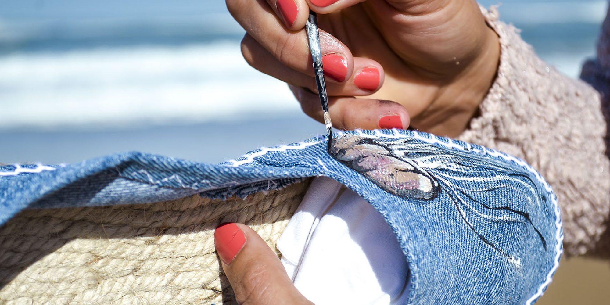 Nos espadrilles Otxangoa éco-conçues et Made in France. Ici, avec le travail d'Alba et la personnalisation Méduse.